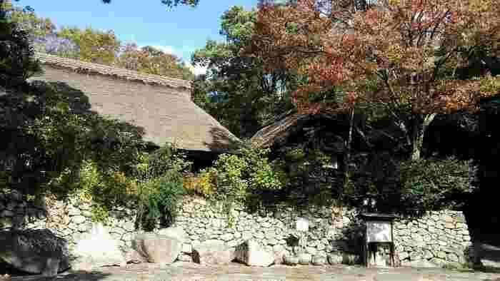 「四国村」の自然があふれる広い敷地には、江戸~大正期にかけての地方色豊かな建物が配置されていて、当時の生活の様子がうかがえるようなたくさんの民具も展示されています。その他、絵画や彫刻、オリエントの美術品などを展示した安藤忠雄さん設計による「四国村ギャラリー」も併設。茅葺きの古民家を改装した手打ちうどん店「うどんのわら家」や、神戸の異人館を移築した「ティールーム 異人館」など休憩できるスペースもあります。
