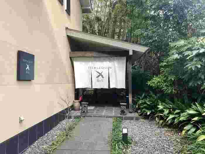 湯河原駅から車で15分ほどの場所にある「HERLEQUN BIS(エルルカン・ビス)」は、知る人ぞ知るフレンチレストラン。のれんや玉砂利など日本情緒あふれるエントランスに期待が高まります。