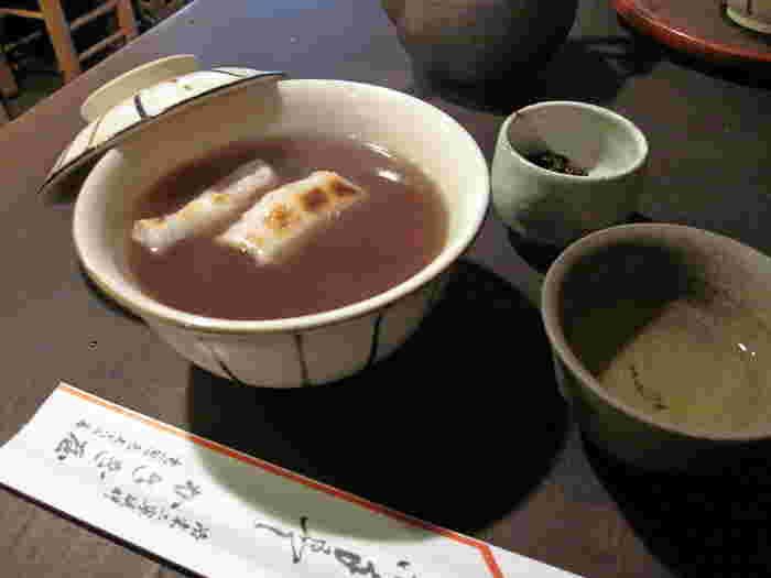 寒い季節なら、断然「ぜんざい」。大粒大納言小豆の汁は奥ゆかしく、角餅は七輪で焼き上げられて香ばしく、しみじみとした味わいです。