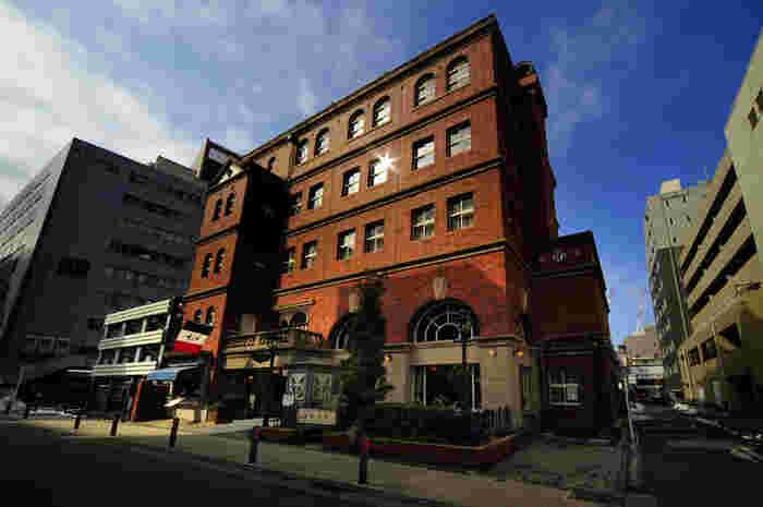 明治の建築を再現したレトロモダンな「馬車道十番館」は横浜の町並みにしっくり馴染むフレンチレストランも営む有名店。