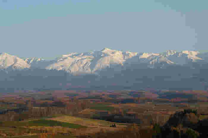 深山峠からは、雄大な十勝岳連峰を望むことができます。十勝岳連峰の猛々しい岩肌は、北海道が持つ大自然の美しさを物語っているかのようです。
