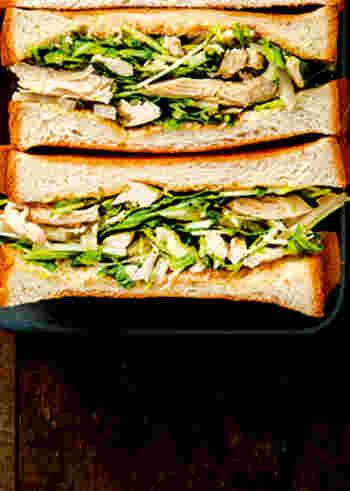 和食のイメージが強いれんこんですが、意外とパンとも相性が良く、鶏ささみ、水菜、スプラウト(ブロッコリー)などたっぷりの野菜とサンドイッチに。柚子胡椒の味付けが食欲をそそり、休日のブランチにワインと一緒にいただくのもオシャレ♪