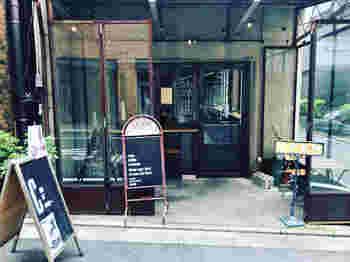 神保町駅から5分ほどのところにある「DIXANS(ディゾン)」は、武蔵小山に本店を構えるパティスリーが手がけるカフェ。海外の街角にあるような雰囲気のなかでいただけるのは、神保町店限定のプリン。