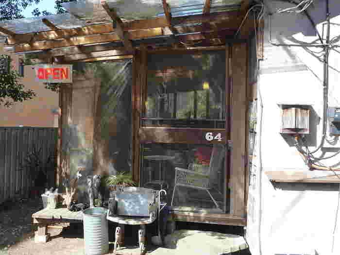 まるで秘密基地のような佇まいの古民家カフェです。一歩入るとその世界観にどっぷり浸れます。