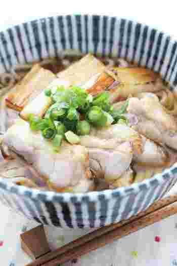 鴨肉の代わりに鶏肉を使ったとり南うどん。鶏肉は表面がカリッと香ばしく、ひと口食べるとプリっとした食感。焼いた長ネギの甘味もたまりません!