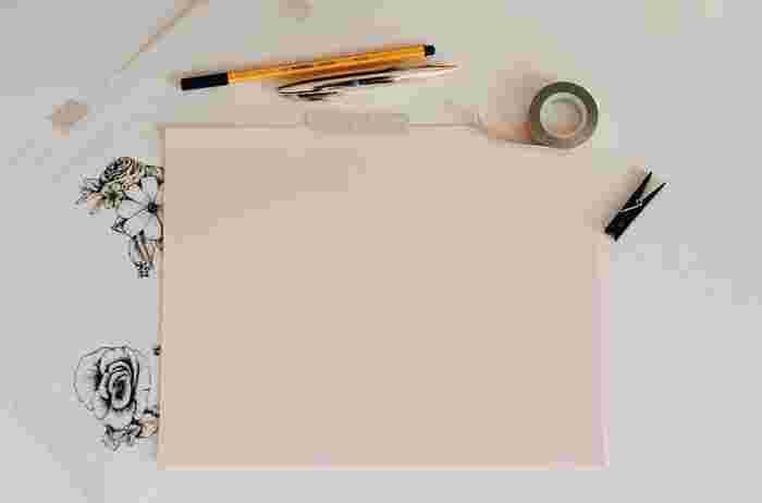 自分が書いた、自分だけのマスキングテープを作れるサービスがあります。1個からも注文可能なので個人的に気軽にできるのはもちろんのこと、ショップの封を留める際に使うテープとしてや、イベントのノベルティ用、販売用としてなど、使い方に合わせて幅や長さ、注文数など豊富なバリエーションの中から選べます。ぜひ、一度は作ってみたい!