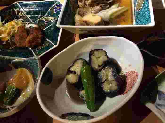 夜は、日替わりのおばんざいがいただけます。加賀野菜が中心のおばんざいが多いので、ヘルシーです。いろいろなお料理を少しずついただきたいという方も、好きなお料理をたっぷりいただきたい方も、どちらも満足できますね。