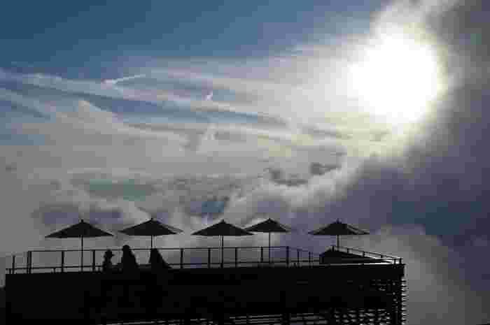 標高1770mの竜王山頂にあるソラテラスは夏場の日中でも平均気温が18℃ととても涼しい場所。 真夏でも夜はもちろん、寒がりな人は羽織るものを持っていくのがおすすめです。夏前や秋に訪れる際は防寒対策をお忘れなく。