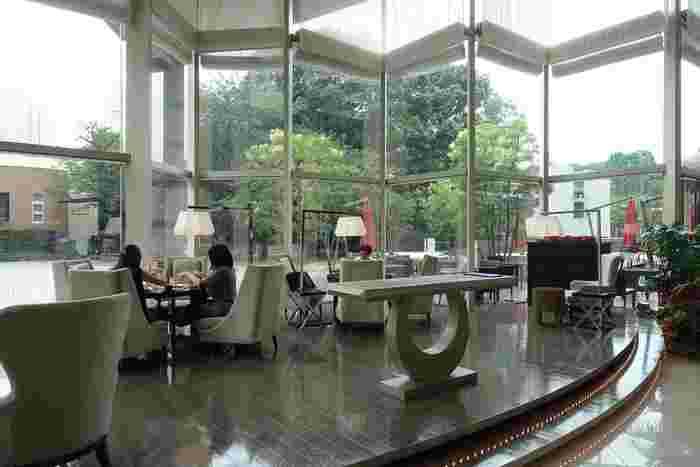 「東京マリオットホテル」のロビー内にあるレストラン「ラウンジ&ダイニング G」。天井まで広がったガラス張りの窓から緑豊かな御殿山庭園を眺めながら食事ができる、開放感あふれる空間です。
