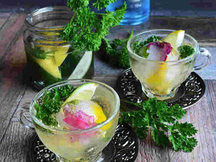 スキッとした香りと苦みを持つハーブ「パセリ」と「ライム&レモン」をラム酒に漬け込み、炭酸飲料で割ったドリンク。アルコールの香りも楽しめます。氷にお花とミントを閉じ込めて浮かべると涼しげで、フォトジェニックなドリンクに!