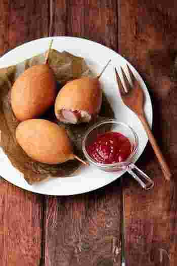 ふっくらミニサイズの「アメリカンドッグ」。甘い生地と塩気のあるウィンナーの甘じょっぱい最強コンビネーション。ウィンナー以外にもチーズやリンゴでバリエーションを広げても◎