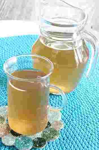 シンプルな材料だけで完成する手作りスポーツドリンクです。水、砂糖、塩、レモン汁などがあればOK。飲みたいときにいつでも作れますね。砂糖や塩は好きな種類でアレンジできますよ♪こちらは黒糖バージョン。