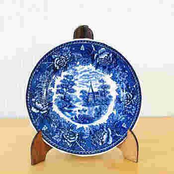 """【オールドアラビア 田舎景色/プレート】  1890-1940年代にかけての希少価値の高いアラビア食器は""""オールドアラビア""""と呼ばれ、ちょっと別格の扱いとされています。こちらはプレート全面を使って田舎の風景の絵が施されたデザイン。もちろんオールドアラビアには、そのほか、無地やさりげない装飾の、日常使いしやすいデザインもあります。  アラビアのお皿のフォルムの変遷が分かる""""ツウ""""の方が、とくに楽しめる逸品と言えるかもしれません*"""