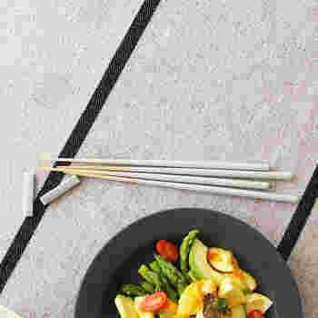先端がとても細くなっていて、食べ物がつかみやすいお箸。食事にはもちろん、菜箸として使うのも便利です。和食にも洋食にも合うデザインなので、どんなメニューも常にお箸派という方にもぴったり。