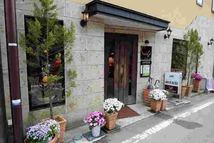 東武鬼怒川駅から車で5分、徒歩15分ほどのところにある「Cafe Salon de The OKA(カフェ・サロンド・テ・オカ)」は、2004年のオープン以来、メディアにもたびたび登場する人気のカフェです。