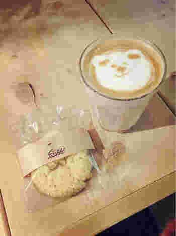 コーヒー豆は、フェアトレードでオーガニックの自家焙煎というコダワリ。ラテに使う牛乳は、山で放牧され自生した植物を食べて育った牛からとれた「奇跡のミルク」。 提供される焼き菓子は、蔵前のカメラの物です。