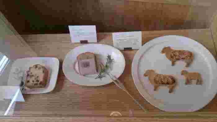 クッキーやケーキ、焼き菓子のディスプレーもこんなに可愛い。 まるでお皿に描かれたアートのようですね。