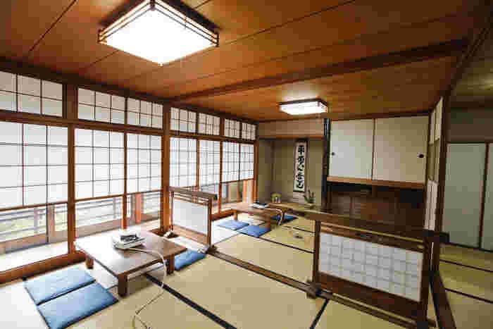 こちらのほど近くにあるのが、隠れ家的な湯豆腐のお店「㐂さ起」。緑に囲まれたほっと癒される雰囲気と、純和室のお座敷が風情があり素敵です。