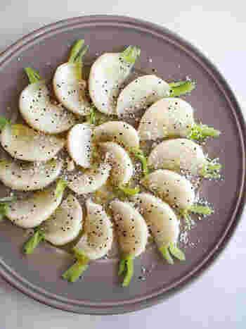 【10分で作る「カブのカルパッチョ」】   塩もみしたカブにオリーブオイルやブラックペッパーを振った簡単カルパッチョ。カブは実が柔らかいので10分ほど塩もみするだけでしんなりします。茎を少し残すのがセンスアップのコツですよ。
