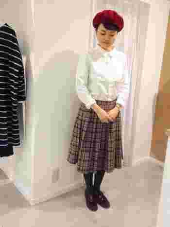 ロングのタータンチェックとの組み合わせで女の子らしさアップ。冬アイテムのベレー帽やブーツが似合いますね。