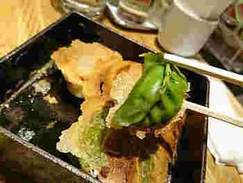 鮮やかな緑色の海老とニラ入りの餃子は、SNS映えすると女性の間で人気なんですよ。パリパリの羽根ともっちりした皮の食感を楽しみましょう。