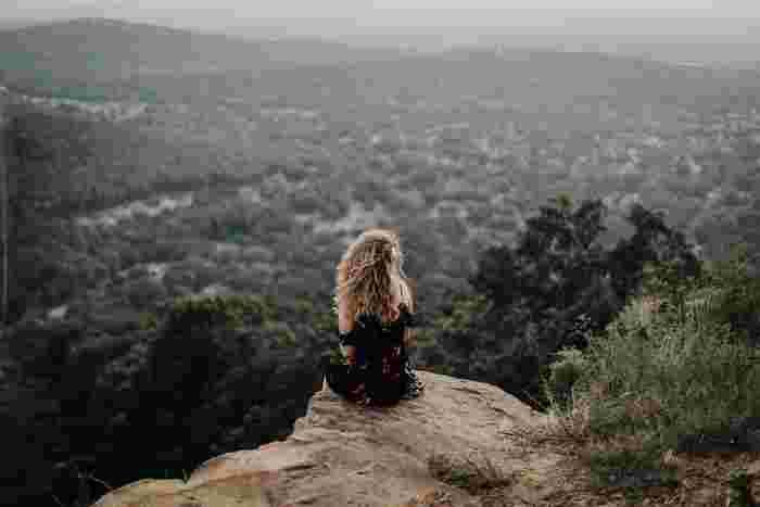 終わりのないネガティブ思考を断ち切り、心を穏やかに保つための方法をご紹介しました。思考に気付き、自分の気持ちを受け入れ、意識を別の場所へ移すことが大切です。もし心がざわついてつらい気持ちになったら、今回ご紹介した方法を思い出して、穏やかな心を取り戻してくださいね。