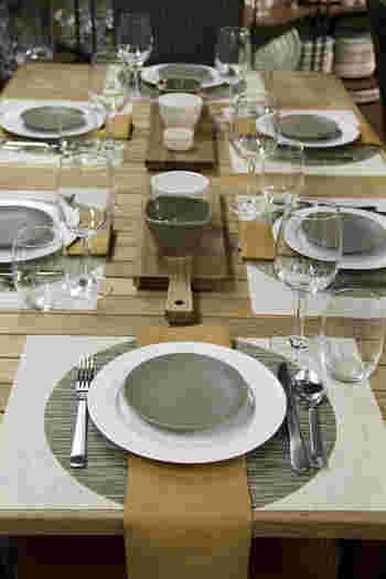 カッティングボードをセンターピースにしたコーディネート。  アースカラーで揃えたシンプルな食器やテーブルナプキンが素敵ですね。