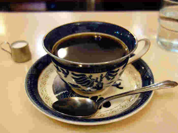 骨董のような渋さのあるカップ&ソーサーに入れられたホットコーヒーもいい感じです。レトロな空間でゆったりとコーヒーを味わうのもいいですね。