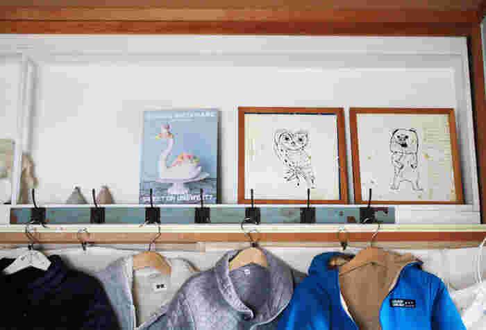 少し子供達が大きくなってくると、描くイラストも本格的になってきます。こうなると飾る時はイラストメインで、額縁はインテリアに合わせて飾ってみましょう。