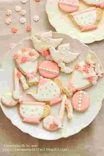 クッキーを華やかな雰囲気にしてくれるアイシングクッキーは、クリスマスならやっぱり取り入れたいデコレーションのひとつ。こんな、メルヘンチックなアイシングはいかがでしょう!クッキーをキャンバスに見立てて、おもいおもいのデコレーションを楽しんでみては!