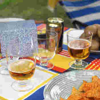 カジュアルな雰囲気もあるから普段使いはもちろん、ピクニックなどのアウトドアでも使いたい。ビールやワインなどのお酒も似合います。