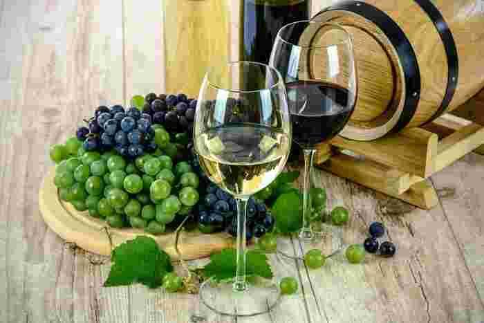 ワインも日本酒と同様に血行を促進して体が温まる入浴剤になります。注意点として、アルコールが苦手な人はお風呂に入れたお酒でも酔ったり肌に刺激を感じる事がありますので、アルコールに弱い体質の場合は避けましょう。