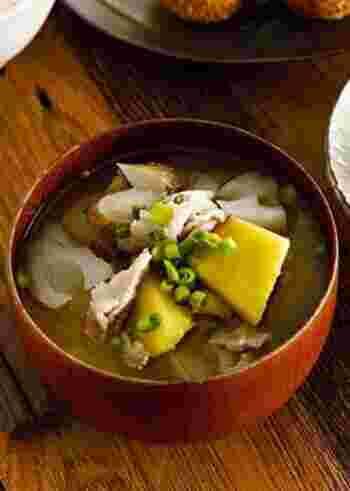 たっぷりの根菜+豚バラ入りでボリュームたっぷりなお味噌汁。これ一品でも満足できちゃいそう!