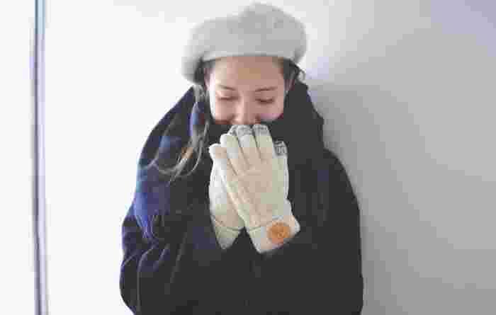 ニットは暖かいだけでなく見た目もほっこりしていて癒される素材ですね。スマホに対応するために、指先の色が違っているところもアクセントになっていてかわいらしいデザインです。白い手袋は汚れやすいかも...とつい敬遠しがちですが写真のようにベレー帽と合わせてコーディネートするとアウターが黒でもぐっと軽やかに見えますね。