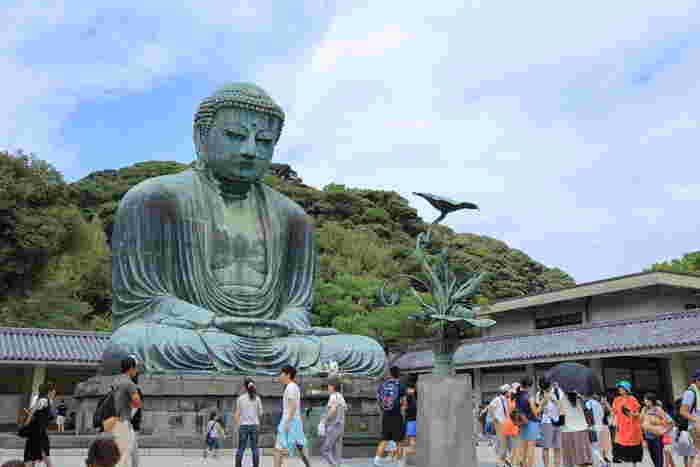 """敷地内にある与謝野晶子の歌碑には""""鎌倉や 御仏なれど 釈迦牟尼は 美男におはす 夏木立かな""""と書かれています。つまり、あの与謝野晶子が「美男におわす(イケメン!)」と認定した仏像なのですね。大仏の中にも入れるそうですよ。"""