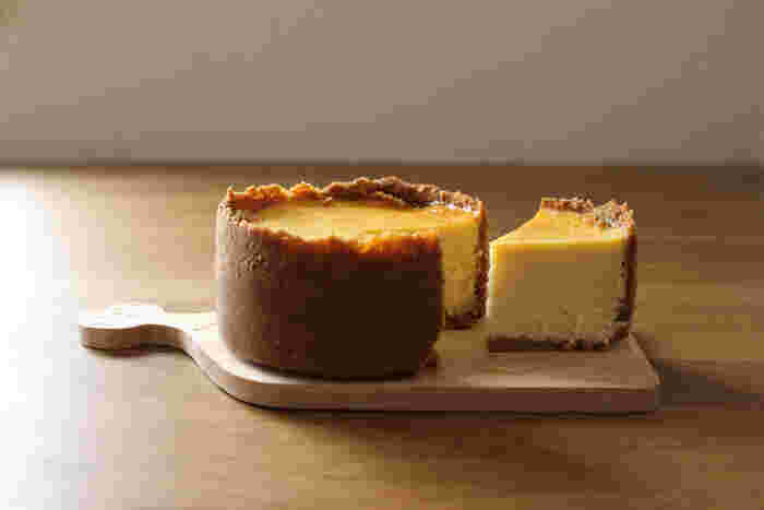 クッキーにこだわった、贅沢チーズケーキのレシピです。自分で作ると甘さも調節できるので自分好みの味わいが作れることが嬉しいところ。高さを出してしっとり濃厚な味わいを楽しんでみてくださいね。