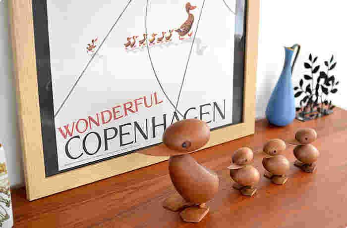 デンマークのアーキテクトメイド社が生産中止となった名作アイテムを復刻版として蘇らせた、木製オブジェの数々も見逃せません。こちらは、デンマークの建築家、ハンス・ブリング(Hans Bolling)が手がけ、1960年後半まで親しまれていたフィギュアを復刻した、味わい深いアヒルさん。