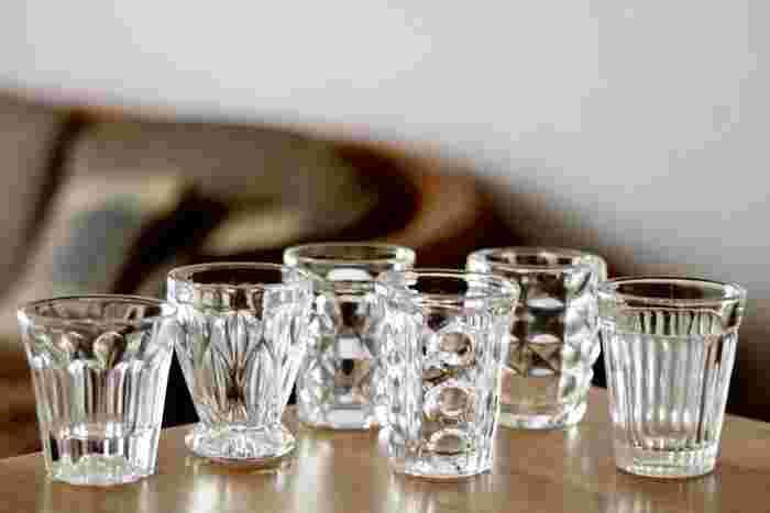 カッティングの美しいレトロなスタイルのガラス食器があれば、食卓が一気にノスタルジックな雰囲気に。不思議とゆったり感じる時間の流れの中で、昭和の時代の食卓に想いを馳せてみるのはいかがですか。