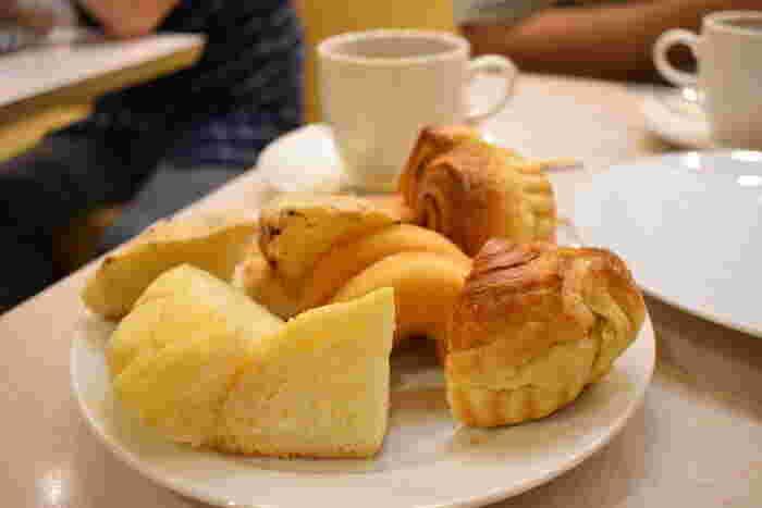 ケーキやスイーツなどの洋菓子のお店「シャポーブラン」。モーニングはパンが食べ放題のバイキング形式になっています。名古屋のモーニングでバイキング形式は珍しく、ドリンク1杯の値段でお腹いっぱい食べることができます。