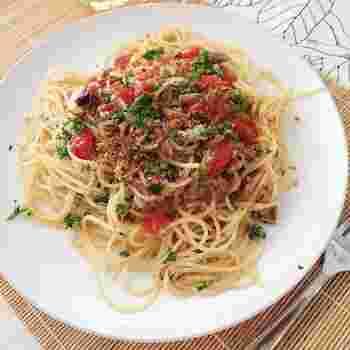 頭をとったイワシを塩に漬けてから、オイルで煮込んで滅菌した保存食であるオイルサーディン。 栄養がぎゅっと詰まったオイルサーディンを使って、にんにくとトマト、食感のアクセントに加えたカリカリのパン粉が美味しさと香ばしさをアップしています。  ▼栄養ポイント▼ イワシは美肌に欠かせないコエンザイムQ10やビタミンB群が豊富なうえ、カルシウムとカルシウムの吸収を助けるビタミンDの両方を含んでいます。 またDHAとEPAも豊富で、健康にも美容にもいい食材です。