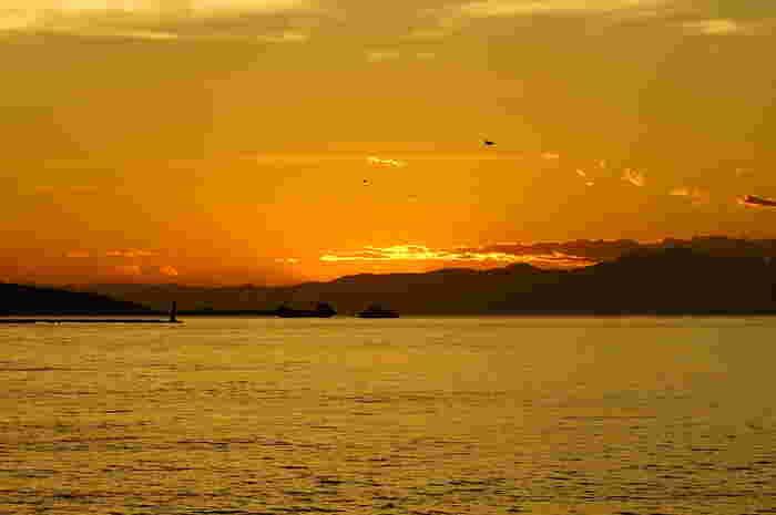 マジックアワーの一時。海面も空もオレンジ色に輝いて。