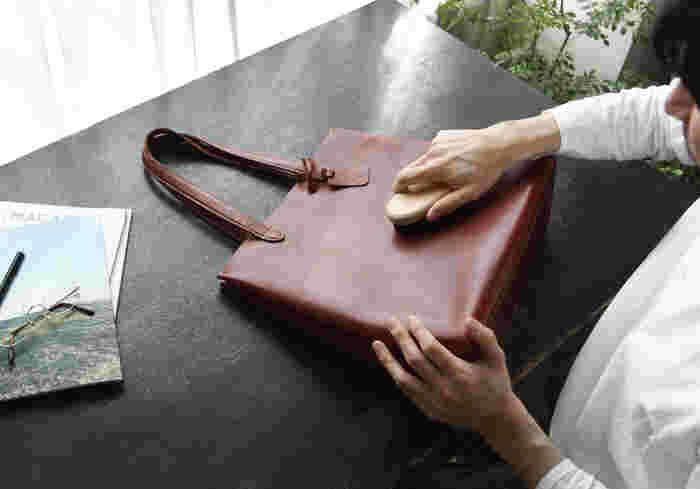 革のバッグは片づける前に、ブラシを使って汚れを落とします。やわらかな布でそっと乾拭きするのもおすすめ。