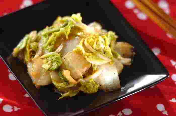 白菜を、アンチョビ、オリーブオイル、塩、コショウで炒めるだけの簡単で見栄えの良いレシピ。調味料は少なくても、アンチョビの塩気は白菜と相性バッチリ。どちらかというと和食に合う白菜の炒め物ですが、これなら和洋どちらの料理の付け合わせにも使えそう。