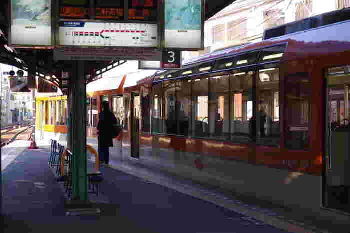 「下鴨神社」を訪れるのなら、「出町柳(でまちやなぎ)」駅を利用しましょう。駅からは徒歩7分。随所に道案内の看板が掲げてあるので道に迷う心配もありません。 「下鴨神社」本殿へのアクセスが良いバス停を利用しても良いですが、下鴨散策の魅力が半減してしまいます。
