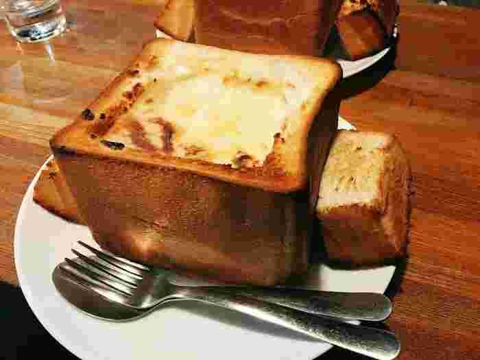 食パンを1斤くり抜いた中に、たっぷりのグラタンを入れた「グラパン」はお店の1番人気。見た目のインパクトが抜群で、こんがりと焼き色が食欲をそそります。かなりボリュームがあるので、お友だちとシェアするのもおすすめです。