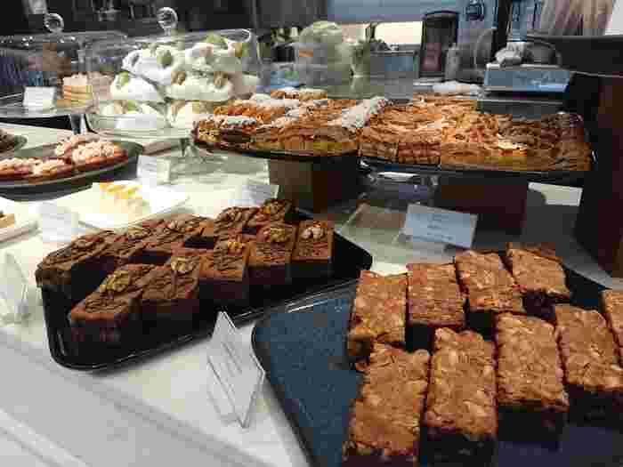まず注目したいのは、本場フランスから上陸し日本でも大人気の「PIERRE HERMÉ PARIS」が、日本の食とコラボして新たに作られた店舗、「ピエール・エルメ」です。ロゴもシンプルにカタカナで描かれています。華やかな「イスパハン」もどこかナチュラルに作らていたり、日本茶ベースの焼き菓子が作られていたりと、ナチュラル派さんにはたまらないベーカリーやスイーツなどが並んでいます。