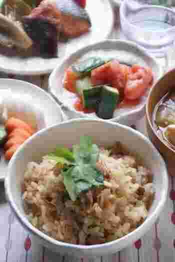 ツナ缶となめたけで作るとっても簡単な炊き込みご飯。お給料日前に助かる一品。味がしっかり付いているので、副菜はさっぱりしたものと汁物を用意すれば晩御飯の完成です。とっても助かる簡単レシピです。