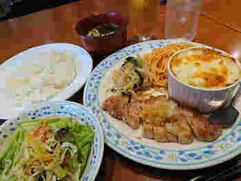 グラタンも洋食もどっちも食べたい!という方は「日替わりランチ」がおすすめ。ある日のメニューは、日替わりは和風ポークソテーと、ポテトときのこのグラタン。ボリューム満点なので、おなかを空かせて訪れましょう。