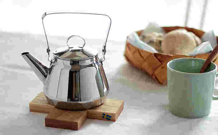 オーク材を使い、プラスの形に組まれた鍋しきです。小鍋をちょこんとのせてあげたくなります。