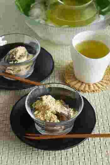 材料は片栗粉と黒蜜ときな粉だけ!耐熱ボウルに片栗粉と黒蜜を入れてレンジで加熱してよく混ぜる、この作業を繰り返すだけでとっても簡単。あとは粗熱をとって冷蔵庫で冷やし固めて、器に盛ってきな粉をたっぷりかけて召し上がれ。簡単なのでお子様とのお菓子作りにももってこいです! ※冷蔵庫で冷やし固める時間は調理時間には含まれません。